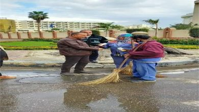 صورة «عصير ومكافآت».. هديةرئيس هيئة نظافةوتجميل القاهرةللعمال