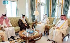 صورة سفير خادم الحرمين الشريفين المعين لدى دولة قطر يقدم نسخة من أوارق اعتماده