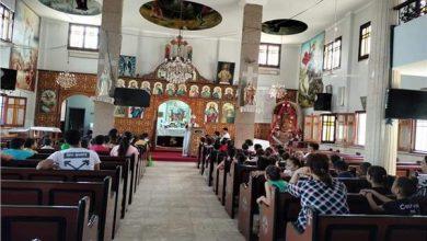 صورة «التطويبات رسالة فرح» على مائدة كنيسة مار جرجس بمنسافيس