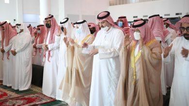 صورة أمير الشرقية ونائب أمير الرياض يؤديان صلاة الميت على والدة الأمير عبد العزيز بن عبد الرحمن  أخبار السعودية