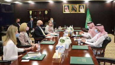 صورة السفير آل جابر يلتقى المبعوث الأمريكي إلى اليمن  أخبار السعودية