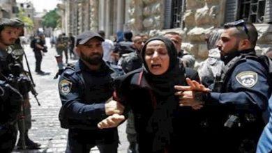 صورة شاهد..زيارة عضو بالكنسيت الإسرائيلي تستفز مشاعر فلسطينيين .