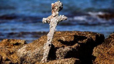 صورة العثور على سيف من بقايا الحملات الصليبية قرب ساحل حيفا