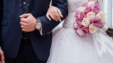صورة فيديو يثير الجدل.. فتاة تتلقى كيلوجرامات ذهب وألماس في حفل زفافها