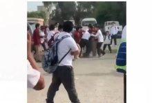 صورة طلاب يعتدون على زميلهم وأحدهم يقوم بطعنه في أحد المدارس